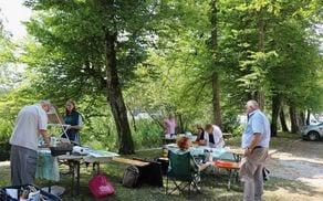 Grajski park Vitez navdihoval udeležence letošnje likovne kolonije Logatec