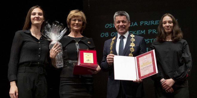 Postojna: visoki občinski priznanji v roke prim. Ireni Vatovec in Mileni Novak