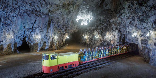 V Postojnski jami se poslavljajo od legendarnih vlakcev in zaključujejo rekordno leto
