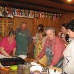 Notranjske tradicionalne velikonočne jedi. Kuharska delavnica Notranjskega regijskega parka z Jolando Levar in Rokom Tratnikom. Foto: Klavdija Hiti